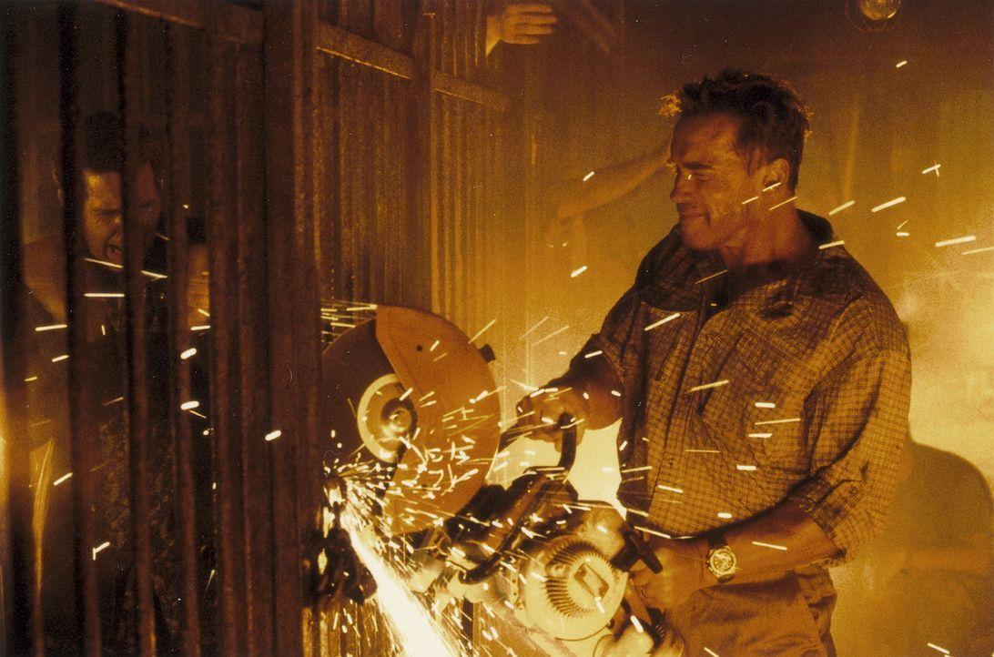 Eines Tages muss der Feuerwehrmann Gordon Brewer (Arnold Schwarzenegger) mitansehen, wie seine Frau und sein Sohn bei einem Bombenanschlag auf die k... - Bildquelle: Warner Bros.