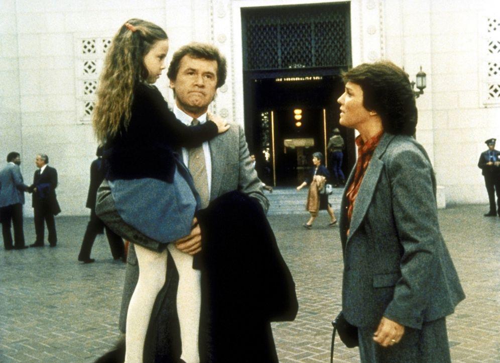 Jeremy Mitchell (John Reilly, M.), der Vater der 7-jährigen Cary (Natalie Gregory), erklärt Lacey (Tyne Daly, r.), dass er nicht vor Gericht gehen... - Bildquelle: ORION PICTURES CORPORATION. ALL RIGHTS RESERVED.