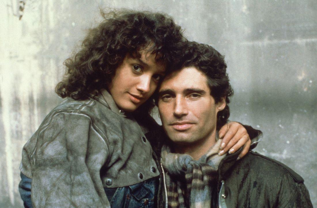 Insgeheim hat sich Alex (Jennifer Beals, l.) schon vor längerer Zeit in ihren Fabrikboss Nick (Michael Nouri, r.) verliebt. Als sie merkt, dass Nic... - Bildquelle: Paramount Pictures