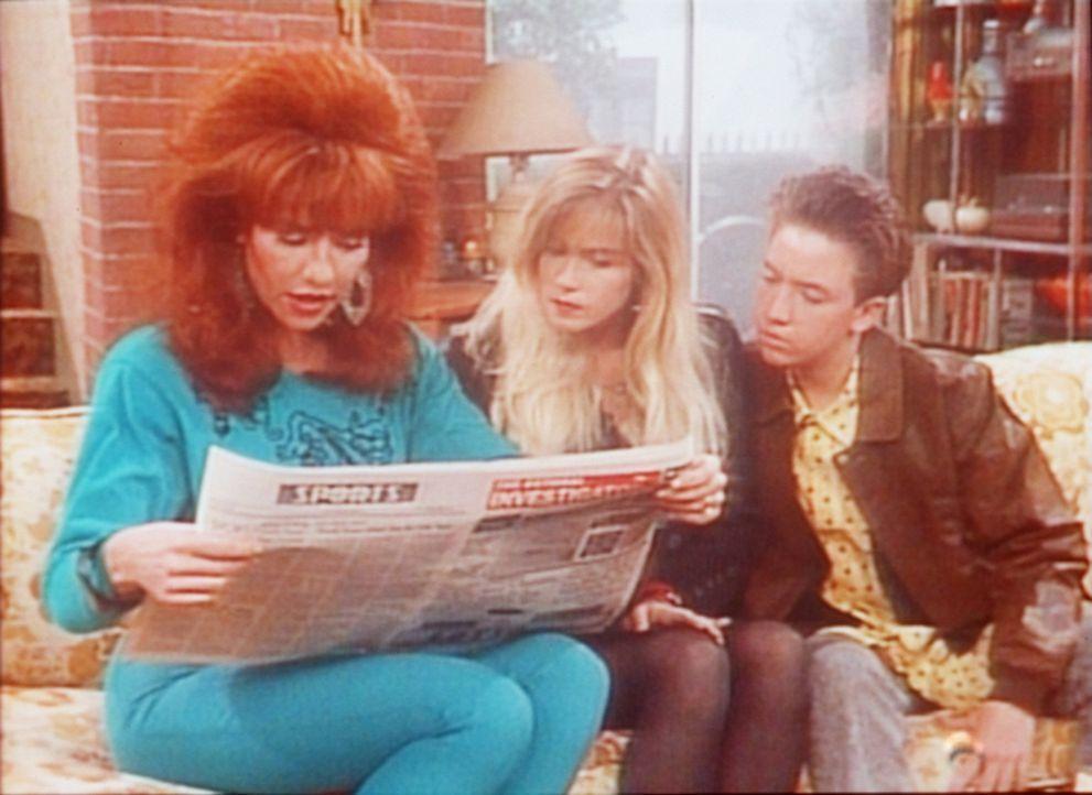 Peggy (Katey Sagal, l.), Kelly (Christina Applegate, M.) und Bud (David Faustino, r.) lesen von dem Lottogewinn. - Bildquelle: Columbia Pictures