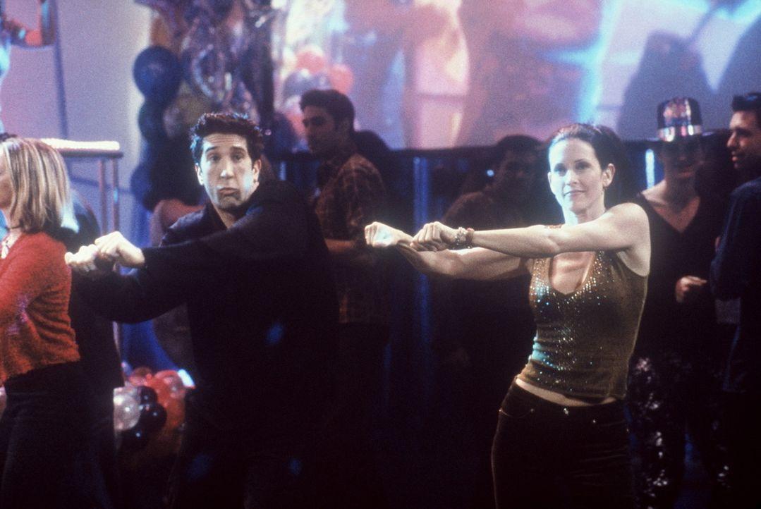 Die beiden Geschwister, Monica (Courteney Cox, r.) und Ross (David Schwimmer, l.), sind überglücklich, können sie doch ihre Tanzkenntnisse jetzt... - Bildquelle: TM+  2000 WARNER BROS.