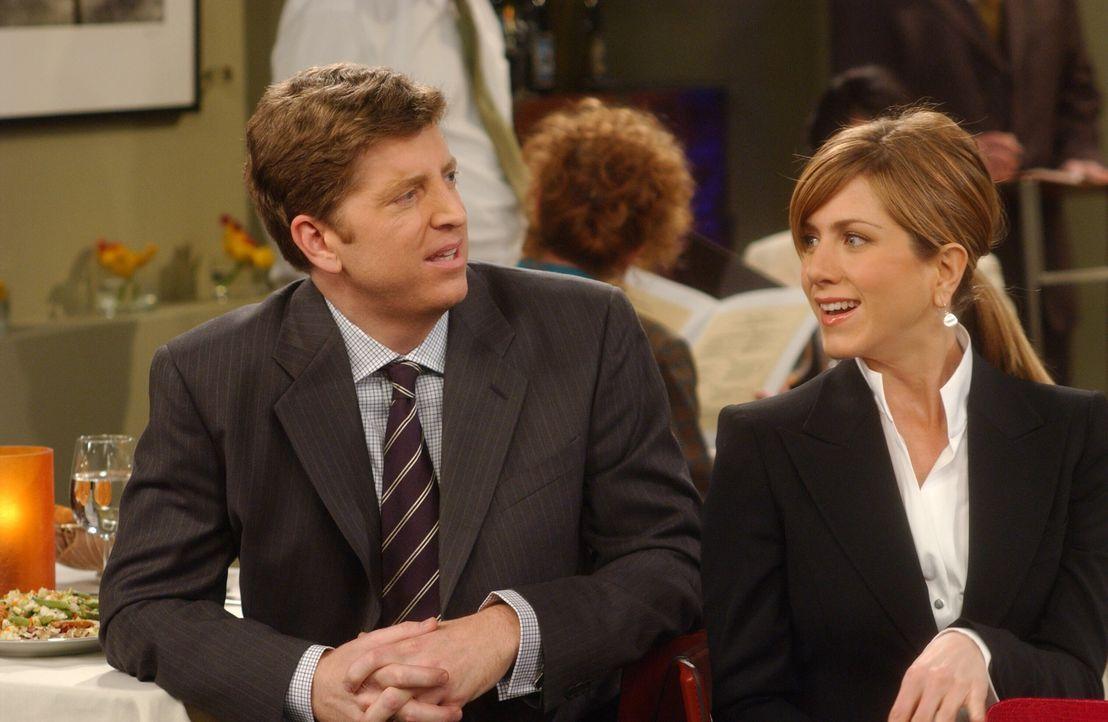 Rachel (Jennifer Aniston, r.) steckt in einer blöden Situation, als sie bei einem Vorstellungsgespräch in einem Restaurant ihren derzeitigen Chef (S... - Bildquelle: 2003 Warner Brothers International Television