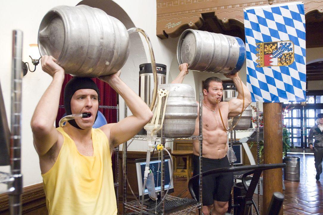 Biertrinken mal ganz anders: Schlemmer (Gunter Schlierkamp, r.) und Rolf (Nat Faxon, l.) ... - Bildquelle: Warner Brothers International Television