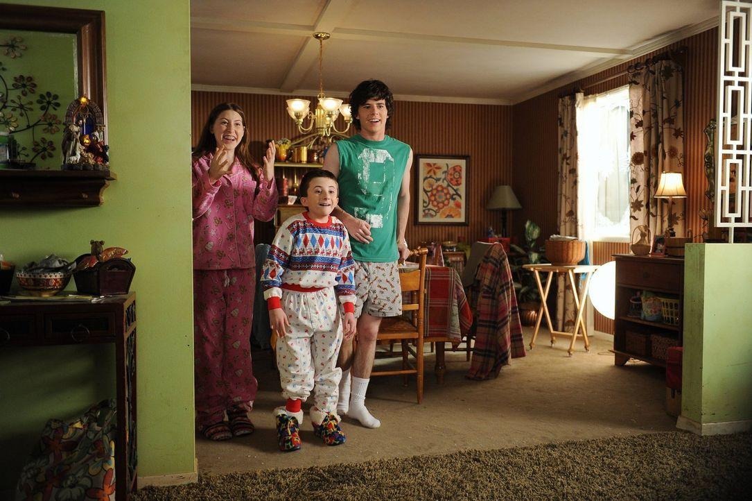 Bald wird Sue (Eden Sher, l.), Brick (Atticus Shaffer, M.) und Axl (Charlie McDermott, r.) das Lächeln vergehen: Ihre Mutter plant nämlich, die Anza... - Bildquelle: Warner Brothers