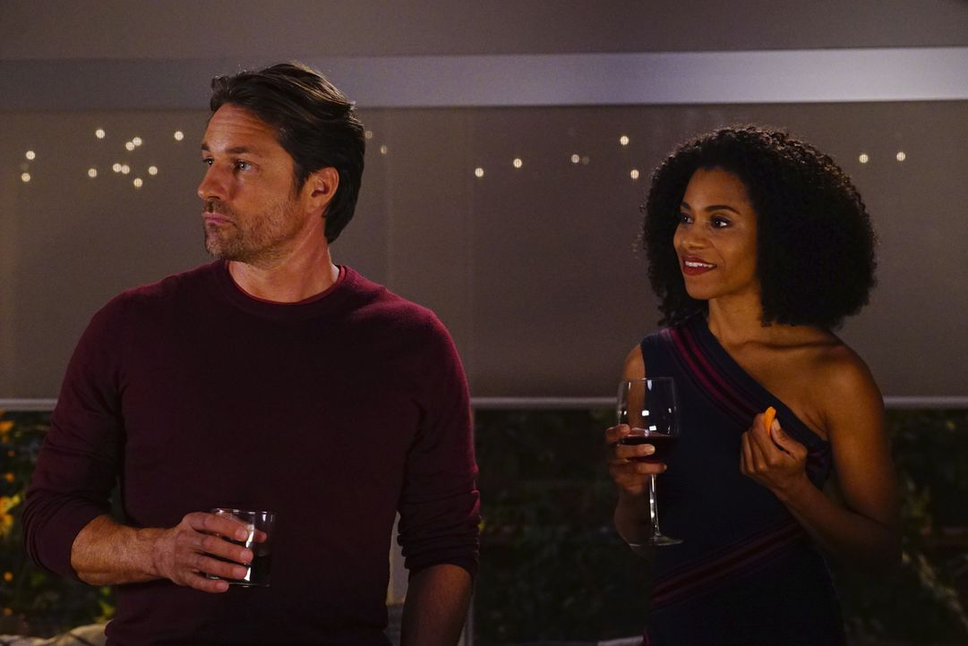 Während sich Alex vor Gericht verantworten muss, plant Maggie (Kelly McCrearym r.), Riggs (Martin Henderson, l.) um ein Date zu bitten ... - Bildquelle: Richard Cartwright 2016 American Broadcasting Companies, Inc. All rights reserved.