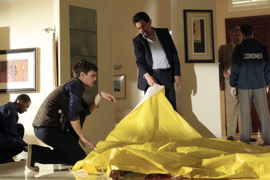 Hoffen, am Tatort Hinweise auf den Mörder zu finden: Rossi (Joe Mantegna, M.) und Reid (Matthew Gray Gubler, 2.v.l.) ... - Bildquelle: ABC Studios