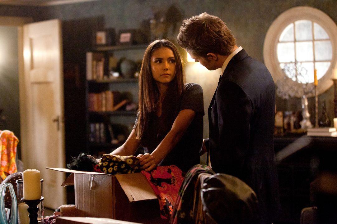 Elena (Nina Dobrev, l.) ist Stefan (Paul Wesley, r.) sehr dankbar, dass er ihr in seinem Haus Unterschlupf gewährt ... - Bildquelle: Warner Bros. Television