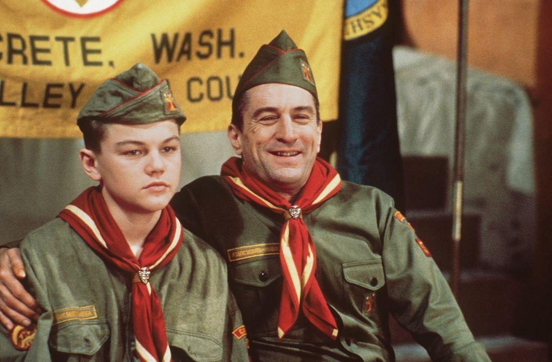 Dwight Hansen (Robert De Niro, r.) zwingt seinen Stiefsohn Toby Wolff (Leonardo DiCaprio, l.), den Pfadfindern beizutreten - doch der würde lieber K... - Bildquelle: Warner Bros.