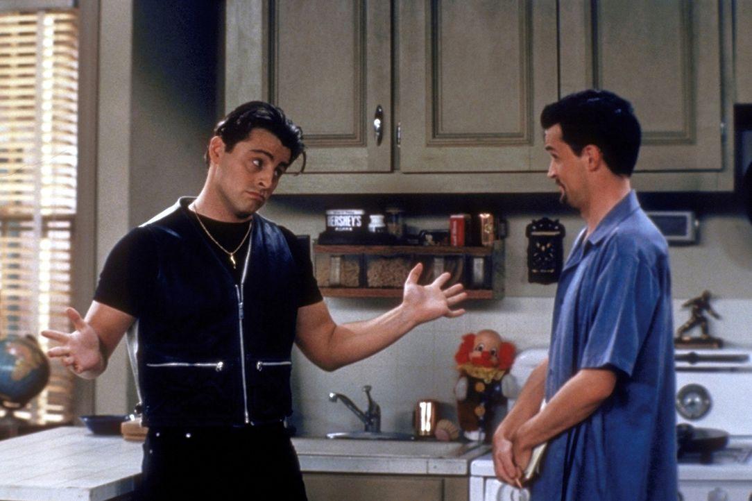 Joey (Matt LeBlanc, l.) und Chandler (Matthew Perry, r.) blicken zurück in die Vergangenheit. - Bildquelle: TM+  2000 WARNER BROS.