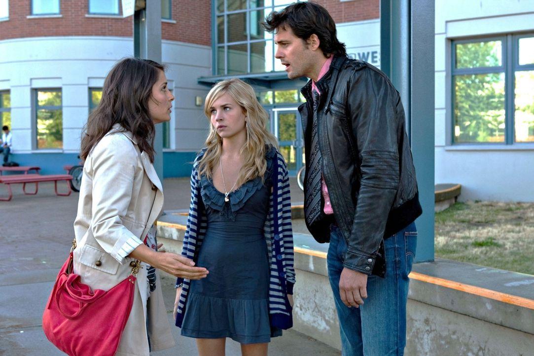Falls Lux (Brittany Robertson, M.) in ihrer kommenden Englisch-Klausur keine Eins schreiben sollte, dann müsste sie die Schule wechseln. Ihre Eltern... - Bildquelle: The CW   2009 The CW Network, LLC. All Rights Reserved