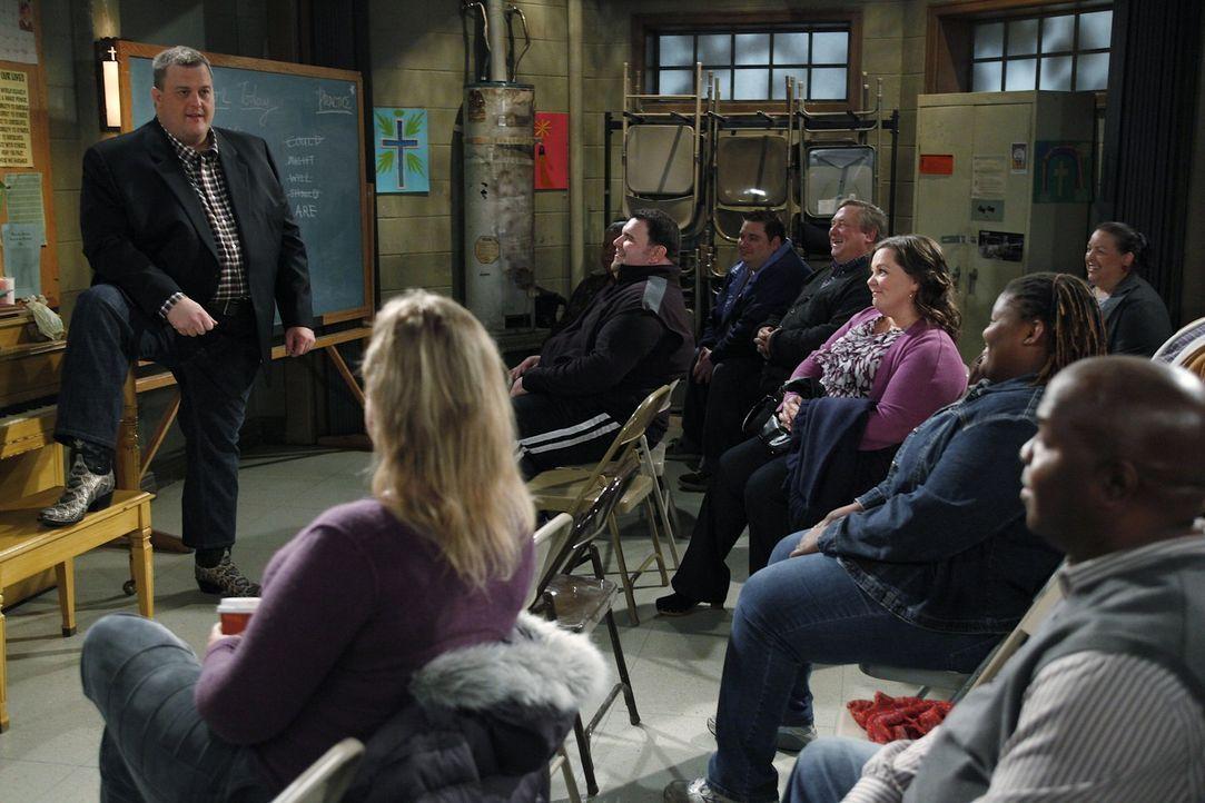 Mike (Billy Gardell, l.) erzählt den Anwesenden bei einem Treffen der Overeaters Anonymus, wie sehr sich sein Leben in der letzten Zeit verändert... - Bildquelle: Warner Brothers