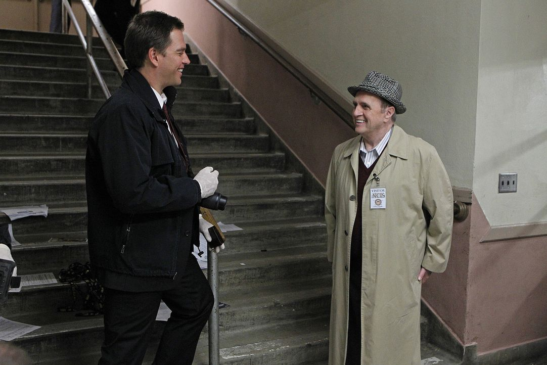 Während DiNozzo (Michael Weatherly, l.) und das restliche Team den Fall von Petty Officer Simon Craig untersuchen, bekommt Ducky Besuch von seinem... - Bildquelle: CBS Television