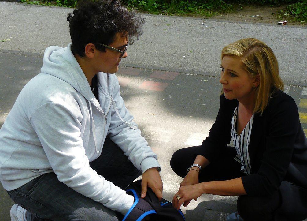 Die Schulexperten - Jugendhelfer im Einsatz: Ihre Erfahrung als Rehabilitationspädagogin hilft Stefanie Beck (r.) dabei Zugang zu verzweifelten Juge... - Bildquelle: SAT.1