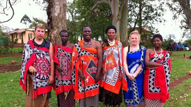 Chiara (2.v.r.) und Christian (l.) mit ihren Gasteltern in Swasiland ... © SAT.1
