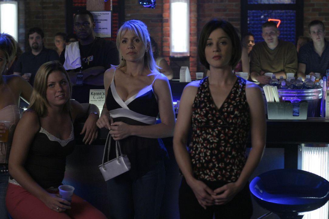 Auch Karen (Moira Kelly, r.) kommt nicht alleine zur Cluberöffnung: Sie hat ihren Dozenten mit dabei ... - Bildquelle: Warner Bros. Pictures