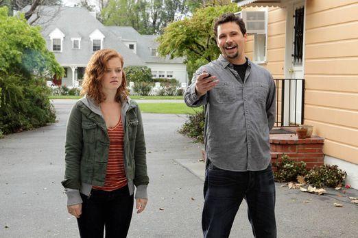 Suburgatory - Tessa (Jane Levy, l.) ist allein bei ihrem Vater George (Jeremy...