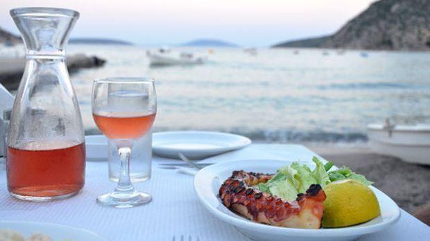 Gegrillter Tintenfisch auf einem Teller mit Meerkulisse