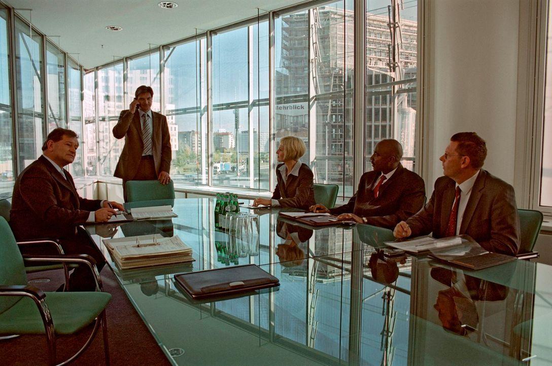 Inmitten einer wichtigen Besprechung bittet Alex Marc (Stefan Jürgens, 2.v.l.) um Hilfe. - Bildquelle: Susan Skelton Sat.1