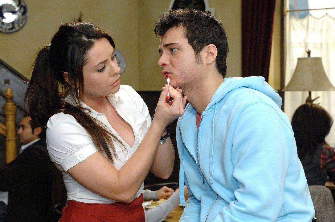 Während Paloma (Maja Maneiro, l.) wieder einmal Maik (Sebastian König, r.) verarzten muss, kündigt sie ihm an, dass ihre Tante kommt. - Bildquelle: Oliver Ziebe Sat.1
