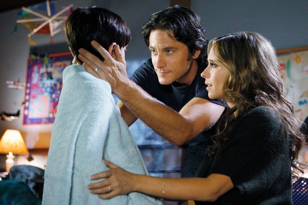 Das seltsame Verhalten ihres Sohnes Aiden (Connor Gibbs, l.) bereitet Melinda (Jennifer Love Hewitt, r.) und Jim (David Conrad, M.) große Sorgen. - Bildquelle: ABC Studios
