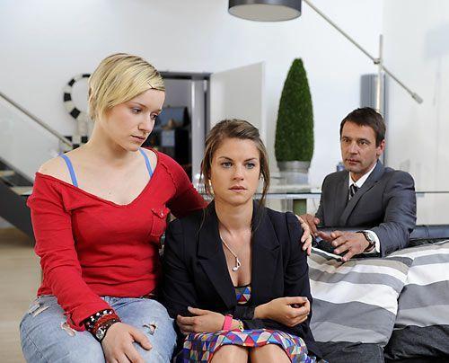 Jenny verdrängt die schlimmen Nachrichten, die sie erreicht haben. Und auch Emma schafft es nicht, zu ihr durchzudringen. - Bildquelle: Christoph Assmann - Sat1