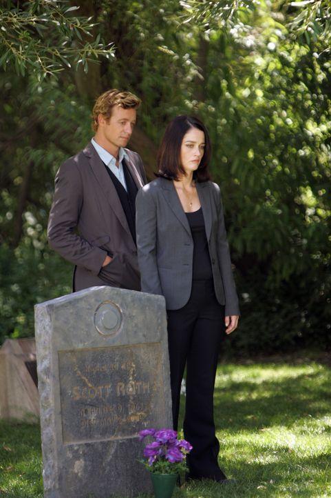 Versuchen einen Mordfall zu klären: Teresa Lisbon (Robin Tunney, r.) und Patrick Jane (Simon Baker, l.) ... - Bildquelle: Warner Bros. Television