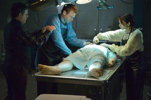 The Strain - Bei der Autopsie des toten Piloten machen Jim (Sean Astin, l.),...