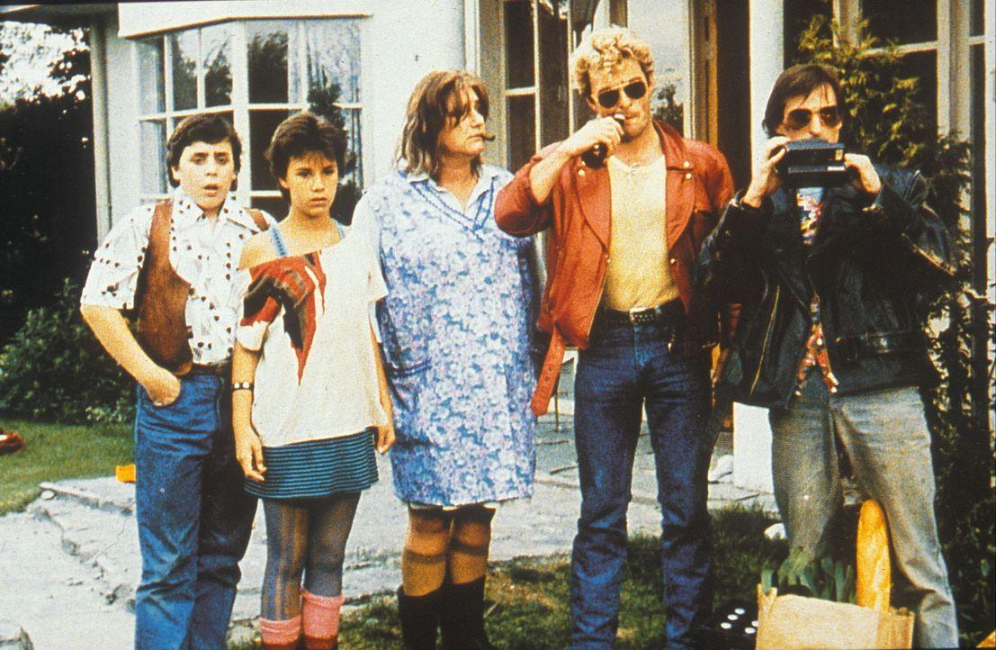 Die Mega-Proll-Familie Flodder bekommt im Rahmen eines sozialen Experiments eine Villa in einem Nobelviertel zugewiesen: Wolfie (Horace Cohen, l.),... - Bildquelle: Concorde Filmverleih GmbH
