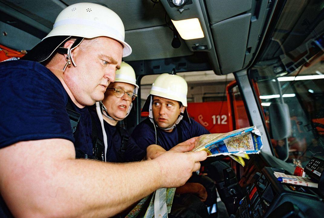 Die Feuerwehrleute Profitlich (l.), Mann (M.) und Lehel (r.) diskutieren über die kürzeste Strecke ... - Bildquelle: Gordon Mühle Sat.1