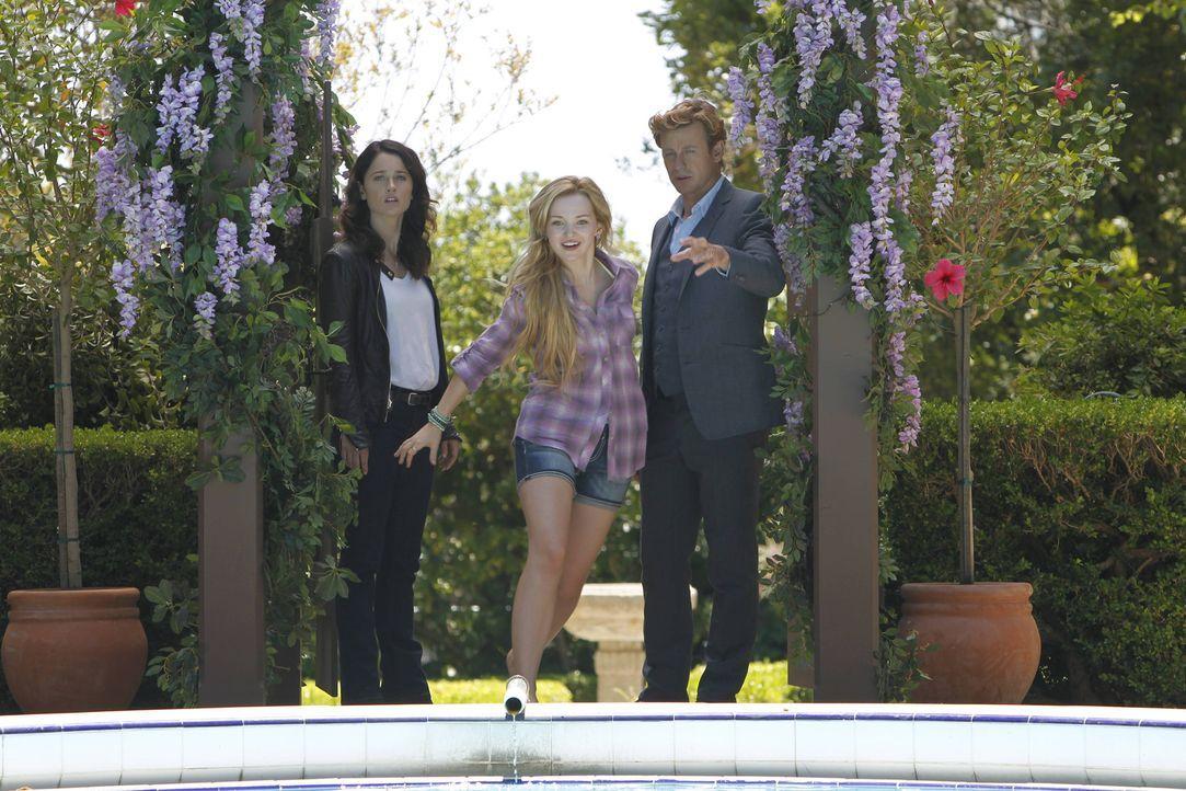 Während Teresa (Robin Tunney, l.) den Mord an einem Diamantschleifer untersucht, trifft Patrick (Simon Baker, r.) ein Mädchen, das behauptet, sein... - Bildquelle: Warner Bros. Television