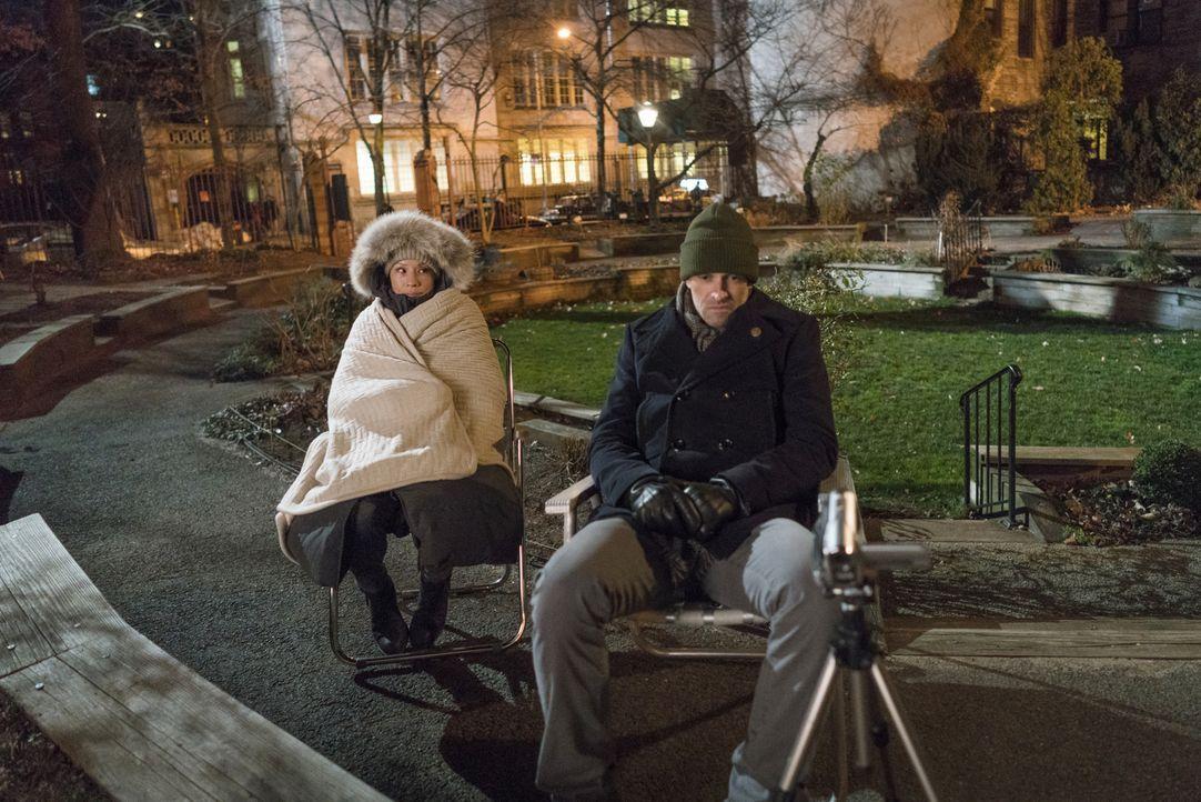 Watson (Lucy Liu, l.) muss mal wieder einem ungewöhnlichen Hobby von Holmes (Jonny Lee Miller, r.) frönen. Doch viel Zeit dafür bleibt nicht, denn d... - Bildquelle: Michael Parmelee 2016 CBS Broadcasting Inc. All Rights Reserved.