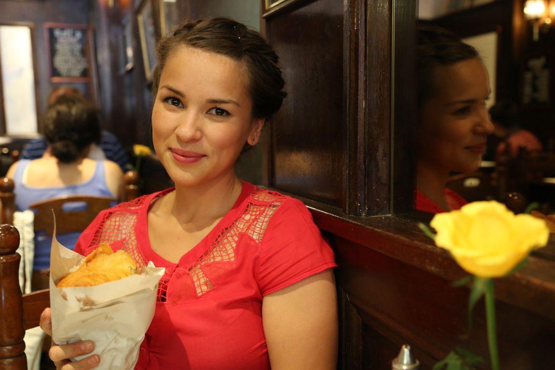 Britischer geht es ja gar nicht mehr: Rachel gönnt sich eine Portion Fish and Chips ... - Bildquelle: Richard Hill BBC 2013