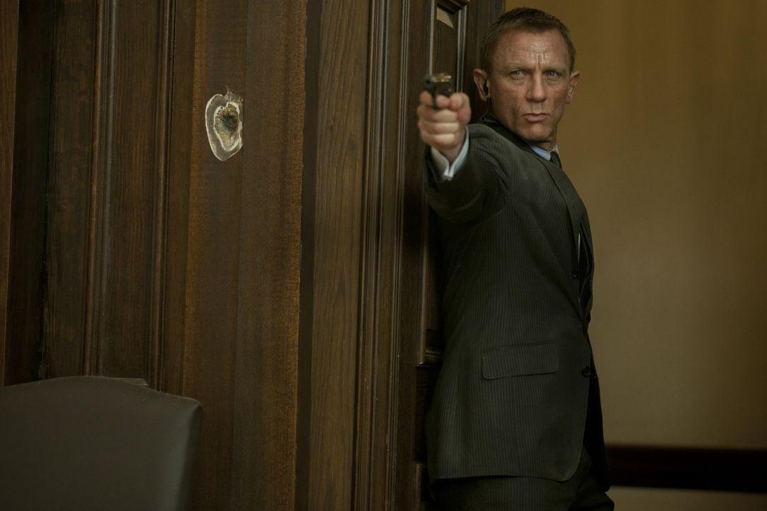Als Silva im Hauptquartier des MI6 versucht, M zu töten, müssen Bond (Daniel Craig) und Gareth Mallory volles Risiko gehen, um die Chefin zu retten... - Bildquelle: Skyfall   2012 Danjaq, LLC, United Artists Corporation and Columbia Pictures Industries, Inc. All rights reserved.