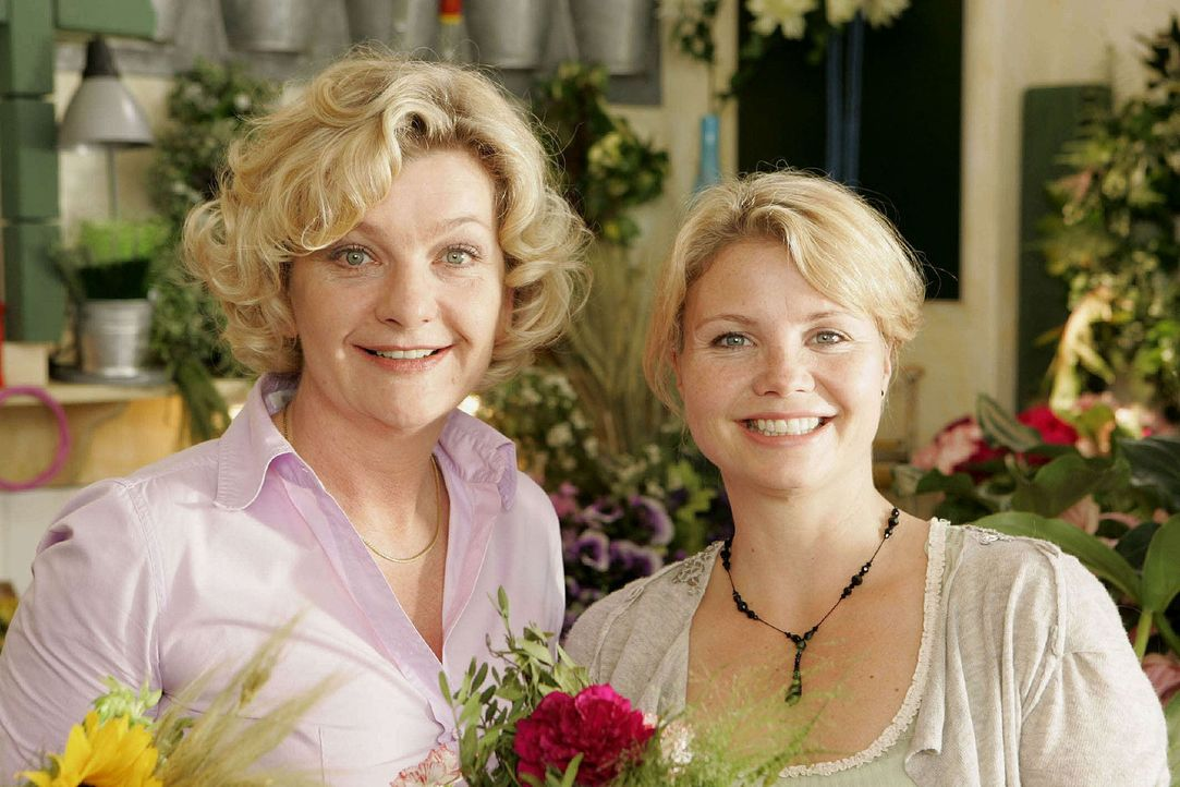 Die junge Witwe Peggy (Annette Frier, r.) betreibt zusammen mit ihrer Mutter (Saskia Vester, l.) einen Blumenladen. Neben den bunten Gewächsen vers... - Bildquelle: Sat.1