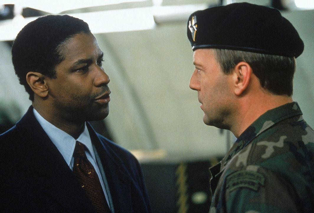 Dem herrischen Major General William Devereaux (Bruce Willis, r.) scheint jede Warnung vom FBI-Agenten Anthony Hubbard (Denzel Washington, l.) vollk... - Bildquelle: 20th Century Fox International Television