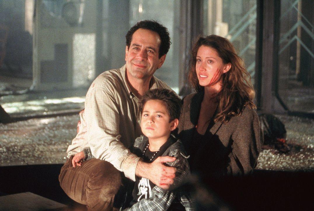 Bei einem entsetzlichen Feuer verlieren Arthur Kriticos (Tony Shalhoub, l.) und seine Kinder Kathy (Shannon Elizabeth, r.) und Bobby (Alec Roberts,... - Bildquelle: 2003 Sony Pictures Television International. All Rights Reserved.