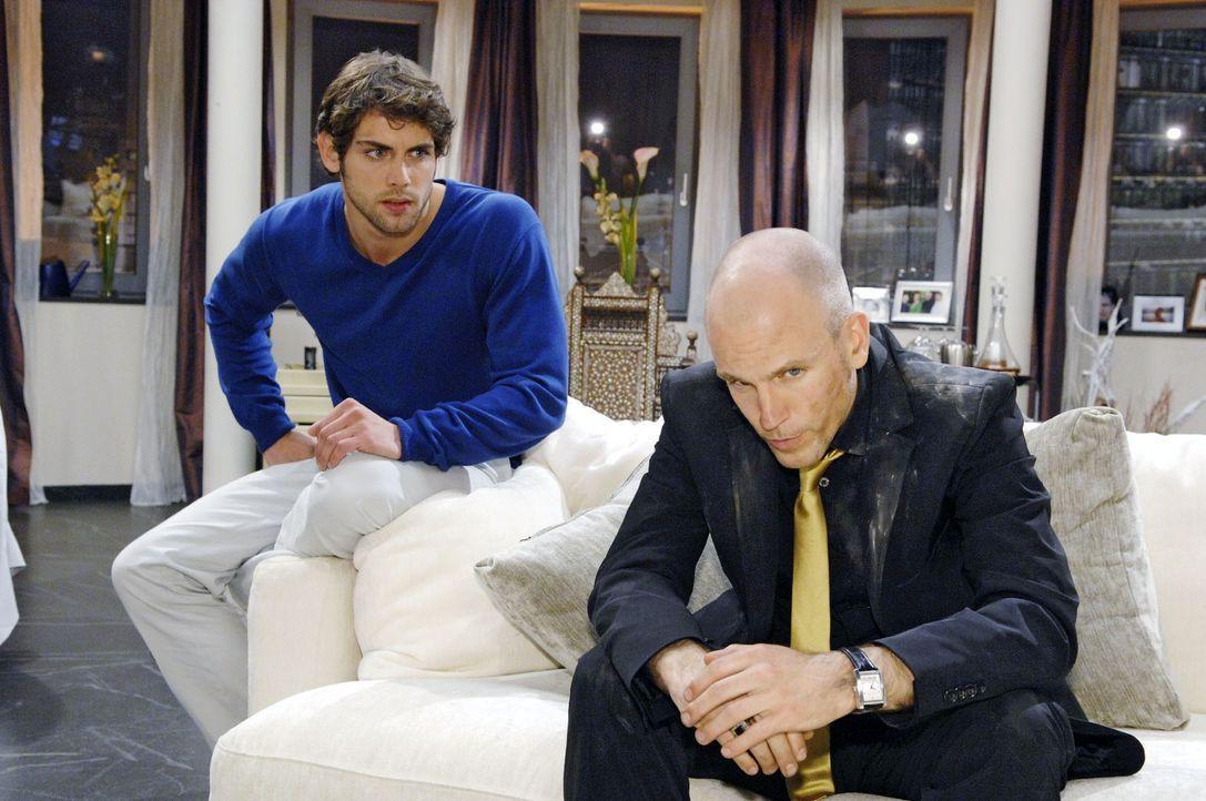 Gerrit (Lars Löllmann, r.) hat Probleme mit den Kredithaien, als ihm plötzlich Jonas (Roy Peter Link, l.) ungefragt zur Hilfe kommt... - Bildquelle: Sat.1