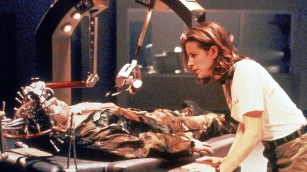 Die Psychotherapeutin Jennifer (Maria Del Mar, r.) hat den Auftrag, dem schwe...