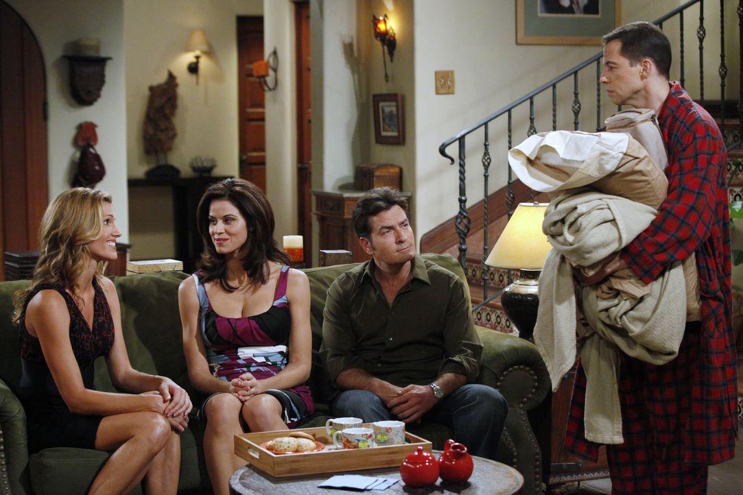 Chelsea (Jennifer Taylor, 2.v.l.) bietet ihrer Freundin Gail (Tricia Helfer, l.), die eine schmerzhafte Trennung hinter sich hat, an, eine Weile von... - Bildquelle: Warner Bros. Television