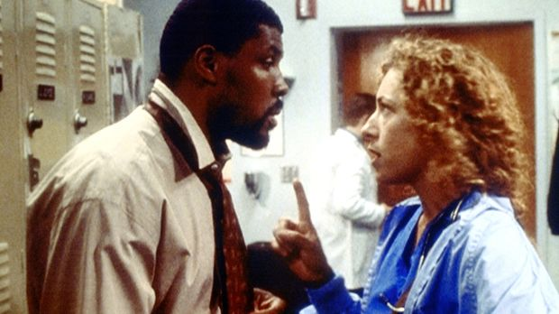 Benton (Eriq La Salle, l.) beschuldigt Corday (Alex Kingston, r.), ihm den Ze...
