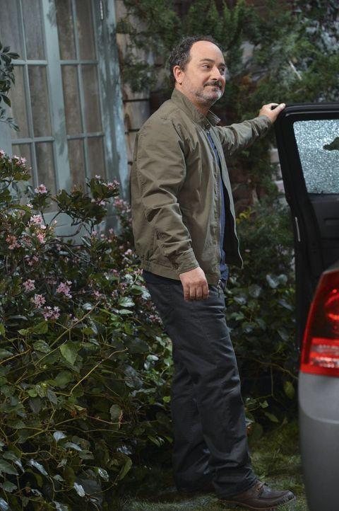 Christys Vater Alvin (Kevin Pollak) hat sich fest vorgenommen, endlich ein guter Vater zu sein und taucht regelmäßig bei seiner Tochter auf ... - Bildquelle: Warner Brothers Entertainment Inc.