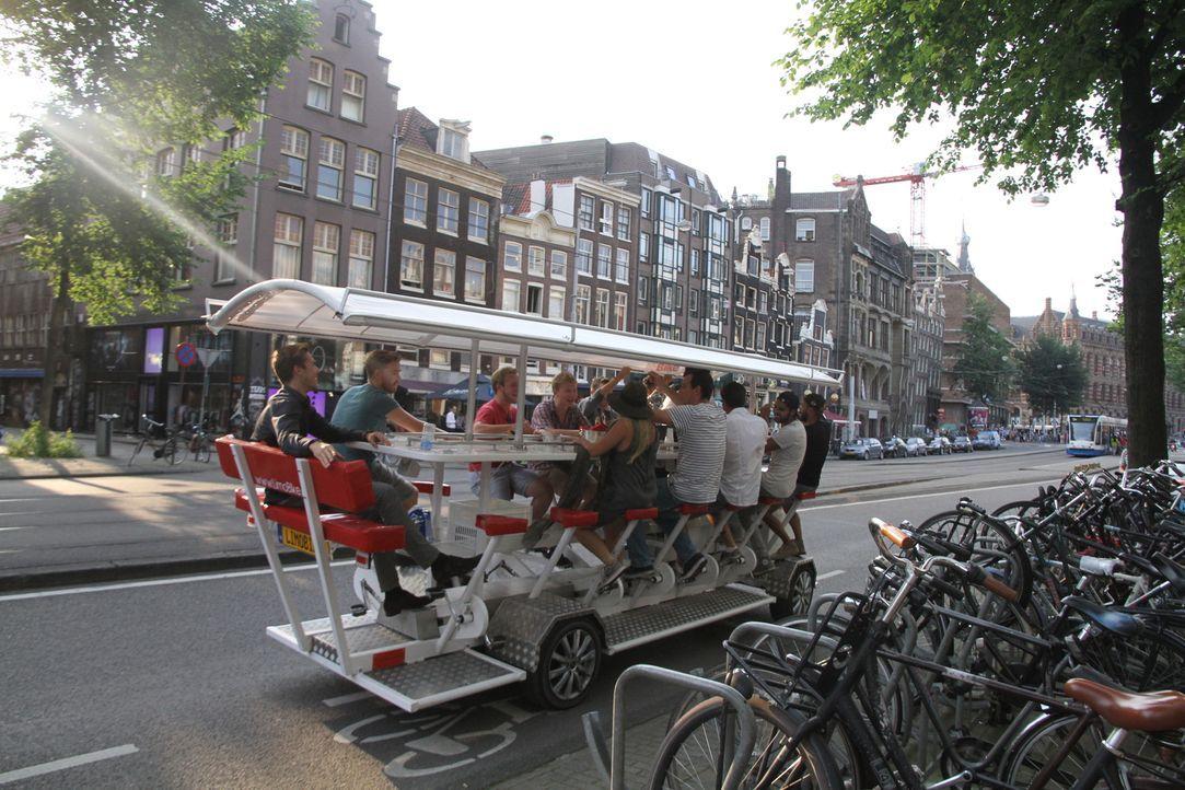 """Drink & drive: Jack Maxwell testet in Amsterdam das luxuriöse """"Beer-Bike"""" - eine Erfindung der Fahrrad-Nation Holland ... - Bildquelle: 2014, The Travel Channel, L.L.C. All Rights Reserved."""