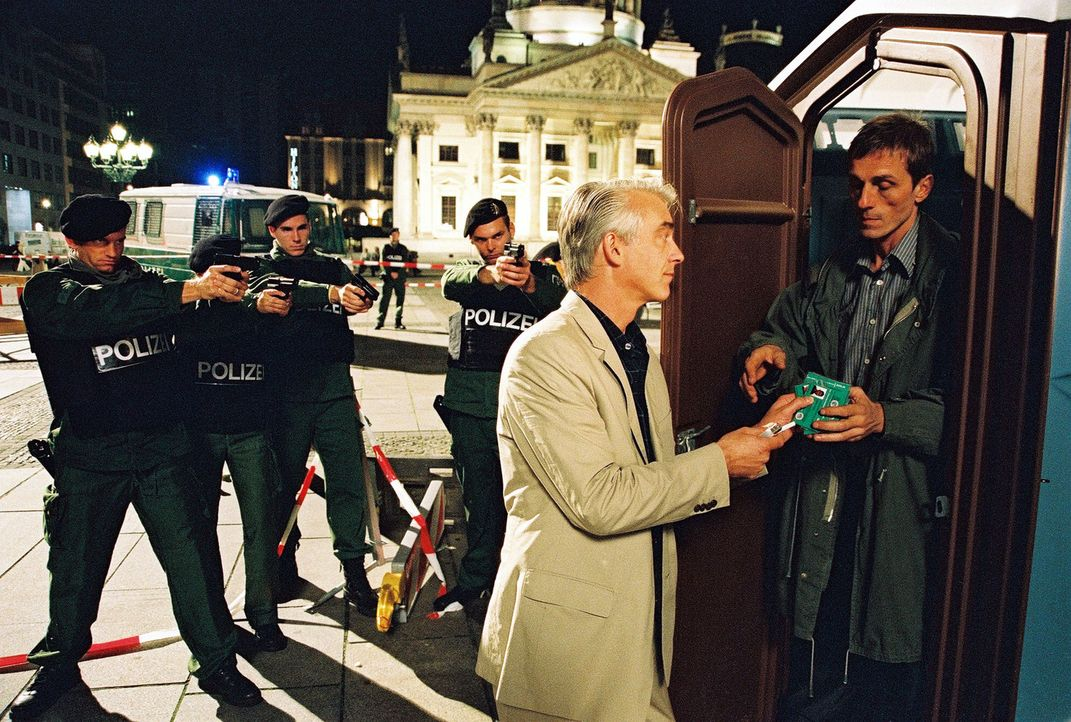 Max Kirchhoff (André Hennicke, r.) sitzt in einem Dixiklo auf dem Gendarmenmarkt und droht, sich in die Luft zu sprengen. Dorthin hat er sich geflüc... - Bildquelle: Hardy Spitz Sat.1