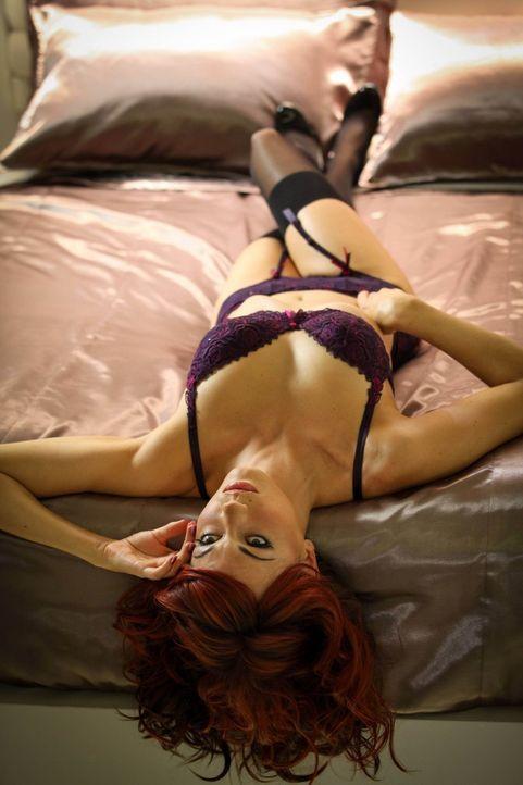 Welche Rolle spielt der sexy Roboter Charlene (Darla Taylor) in einer Reihe von Entführungen und Mord? - Bildquelle: Warner Bros. Television