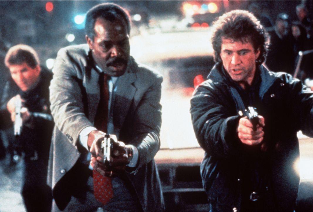 Gemeinsam sind sie unschlagbar: Murtaugh (Danny Glover, 2.v.r.) und Riggs (Mel Gibson, r.) schaffen es, eine ganze Drogenbande lahm zu legen ... - Bildquelle: Warner Brothers International