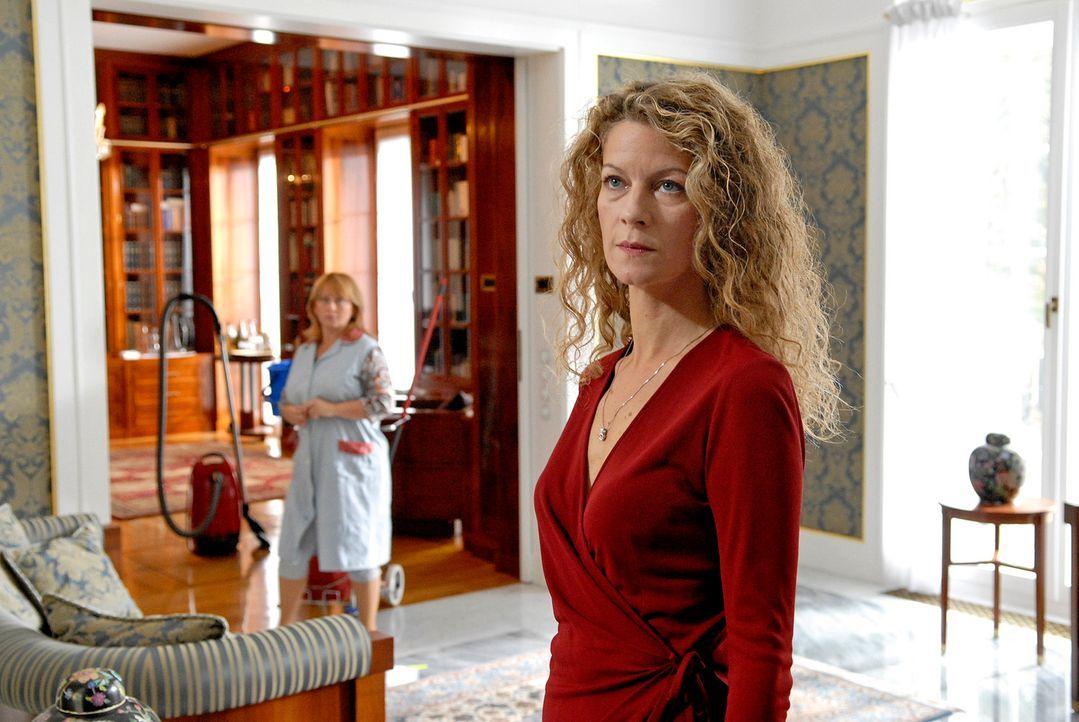Als Ariane von Seelow (Anuk Ens) ihren Mann Friedhelm tot im Swimmingpool ihrer Villa auffindet, gerät sie bald zum Kreis der Tatverdächtigen ... - Bildquelle: Christoph Assmann Sat.1