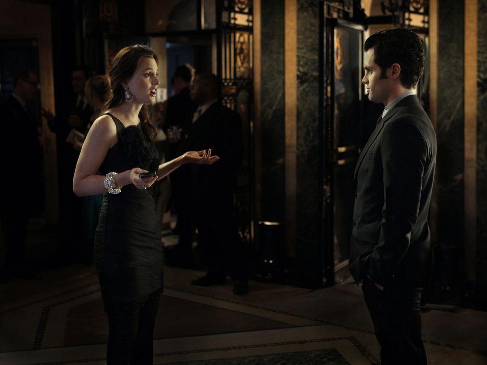 """Serena möchte Ben nicht kampflos aufgeben und bittet ihn daher, zu der """"W""""-Party zu kommen. Auf der Party eskaliert der Wettstreit zwischen Blair (L... - Bildquelle: Warner Bros. Television"""
