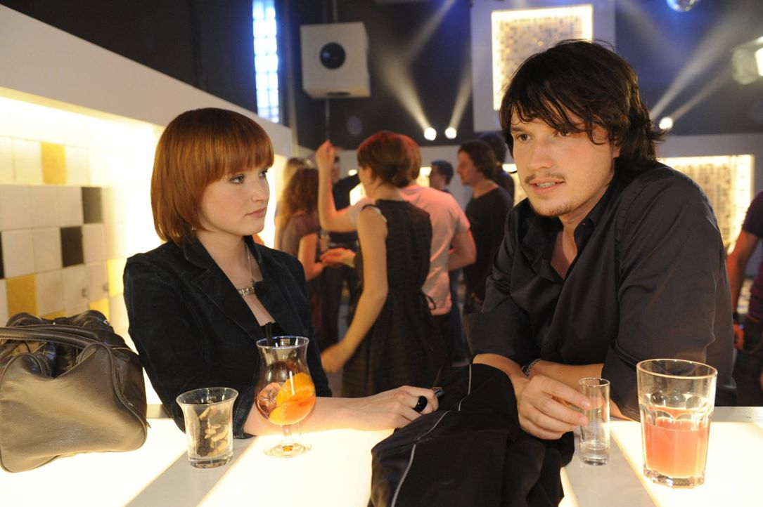 Ben (Christopher Kohn, r.) schüttet Sophie (Franciska Friede, l.) sein Herz aus ... - Bildquelle: SAT.1