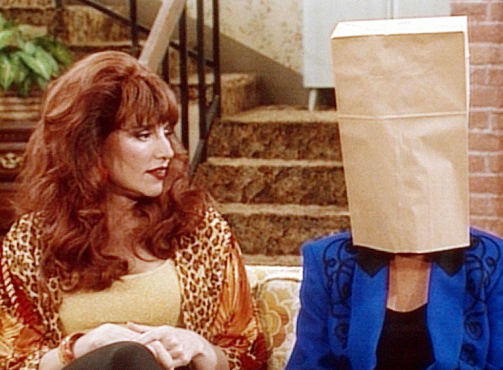 Peggy (Katey Sagal, r.) versucht Marcy (Amanda Bearse, l.) zu trösten, die fürchtet, ihren Job zu verlieren. - Bildquelle: Columbia Pictures