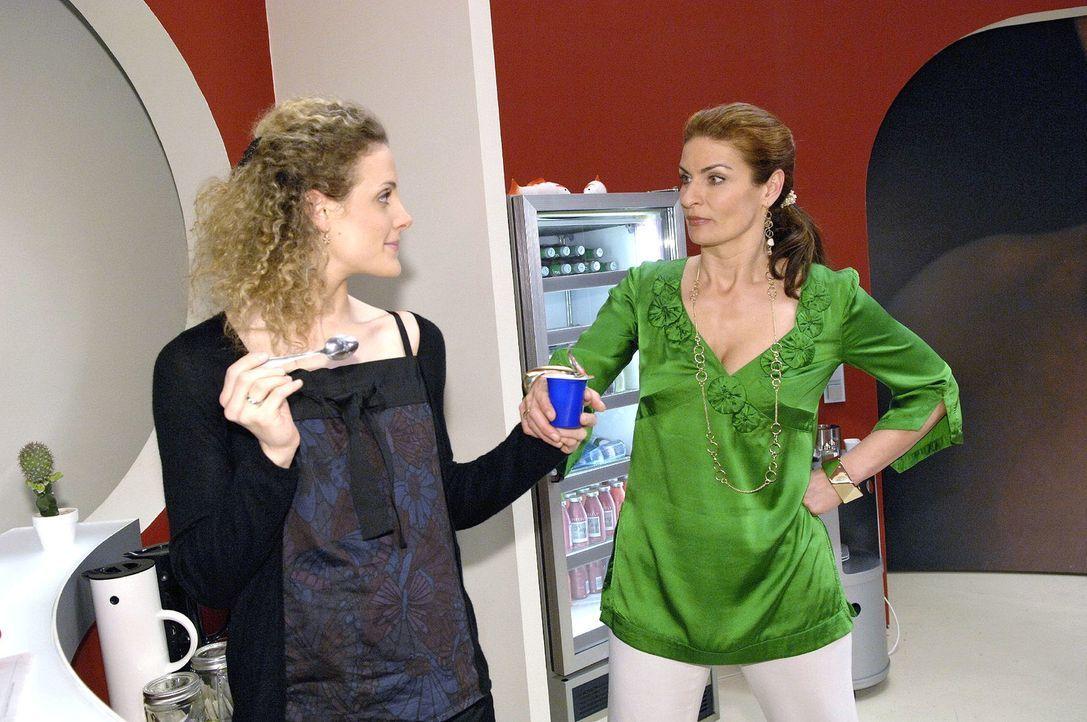 Natascha (Franziska Matthus, r.) nutzt jede Gelegenheit, um Maja (Barbara Lanz, l.) zu provozieren ... - Bildquelle: Claudius Pflug Sat.1